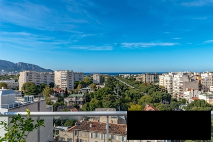 Located on the famous Avenue du Prado, this luxurious 177 m2 triplex apartment is located on the fam