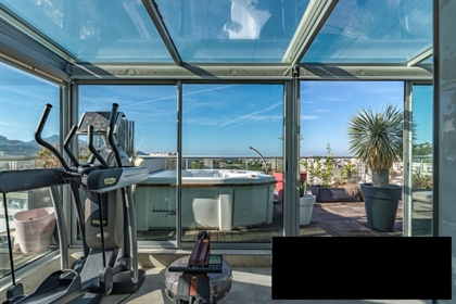 Located on the famous Avenue du Prado, this luxurious 177 m2...
