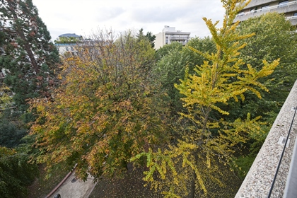 Located on a high floor, quiet and bright apartment of 132 m2 with large balconies and 2 car parking
