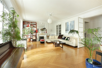 Very nice bright family apartment of 141.46 m2 located on the 1st floor of a Haussmann building.
