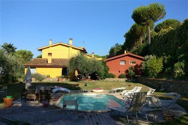 piscine et maison de campagne de 2 unités
