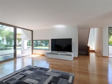 Moderna moradia nova com localização prime perto da praia.