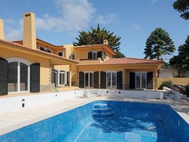 Luxuosa moradia de detalhes únicos, piscina e jardim privati...