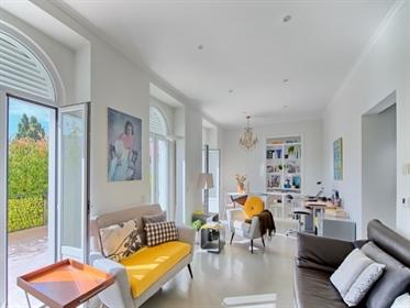 Apartamento remodelado, com grande terraço privativo e local...