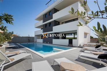 Hôtel avec chambres superbement équipées et une piscine de 65 m2, Zadar