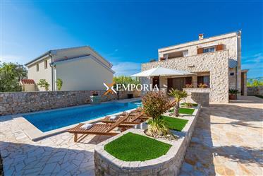 Maison de luxe avec piscine et jacuzzi à Privlaka