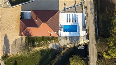 Kuća s bazenom i velikim dvorištem u Posedarju