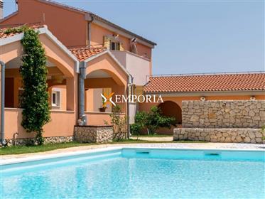 Luksuzna vila s bazenom na prostranom zemljištu od 4790 m2