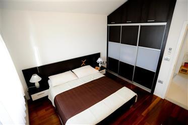 Appartement en excellent emplacement - première rangée de la mer à Sukošan! Meublé