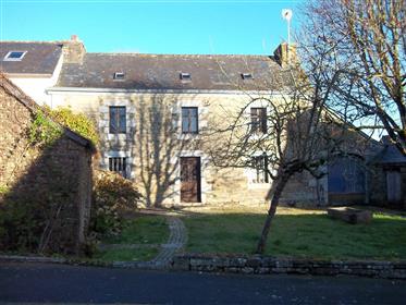 Maison de caractère avec jardin, garage, dépendances et puits dans petit village !