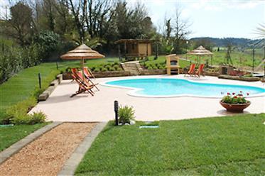 Porzione di villetta con piscina privata e giardino