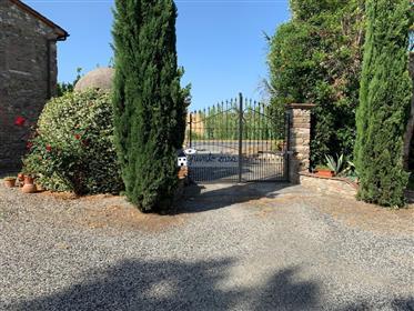 Porzione di colonica in pietra con giardino privato