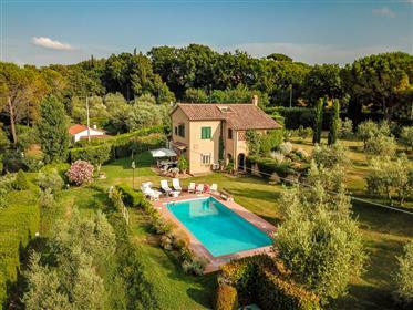 Belle villa avec piscine en position panoramique