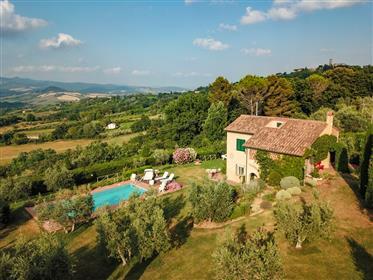 Bella villa con piscina in posizione panoramica
