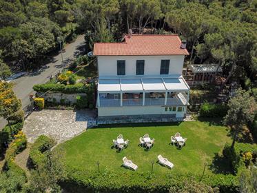 Villa nei pressi di Castiglioncello che gode di una vista mo...