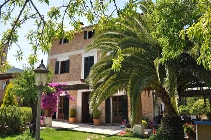 Esta imponente y encantadora propiedad fue construida en 190...