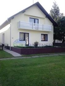 Uređena obiteljska Kuća sa velikom okućnicom u Slavoniji U manjoj slavonskoj općini Sikire