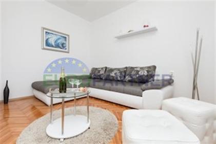 Appartement entièrement rénové situé à 5 mn. De la mer et du centre ville, cet appartement