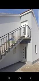Maison semi-détachée avec parking-Kastel Luksic Il ya une maison qui offre beaucoup de pot