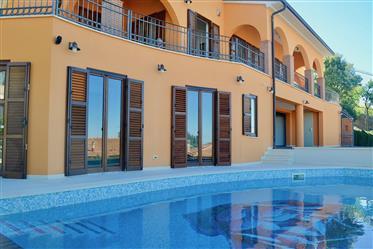 Prestigiosa villa con piscina e vista mozzafiato