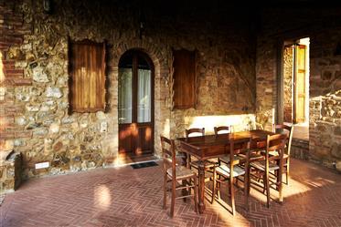 Intero borgo in vendita a breve distanza da San Gimignano