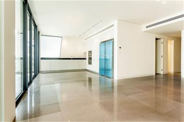 """דירה יוקרתית ליד הים במרכז ת""""א - סותבי'ס ישראל נדל""""ן בינלאומי"""