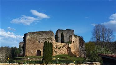 Château médiéval (XIe-XIIIe siècle) rénové et modernisé dominant le joli village de Cléran