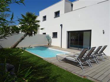 Villa Rochelongue contemporary Near beach with pool