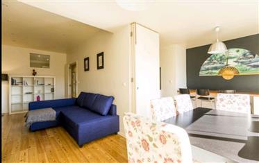 Avec 97m2, cet appartement se compose de deux chambres avec armoires, salon avec planchers