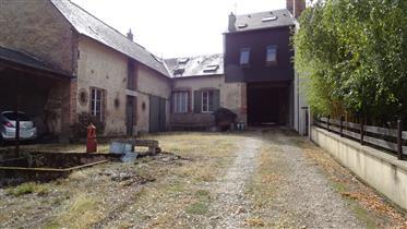 Aubigny sur Nère, en centre-ville, ensemble bâti composé de 3 appartements dont 1 de plain-pied +ate