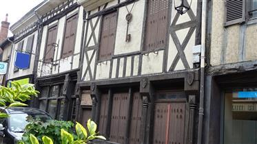Aubigny sur Nère, en centre-ville historique, ensemble immobilier comprenant maison d'habitation à r