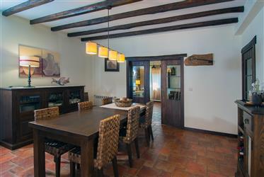 Villa T4 récente avec patio, jardin, garage, annexes et vues panoramiques dans un endroit calme