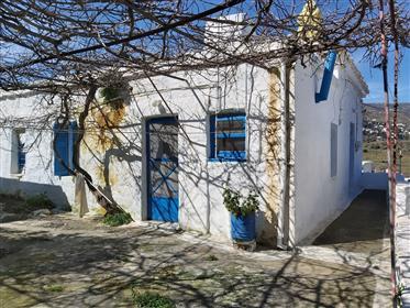 Παραδοσιακή μονοκατοικία στην Άνδρο κοντά στη Χώρα