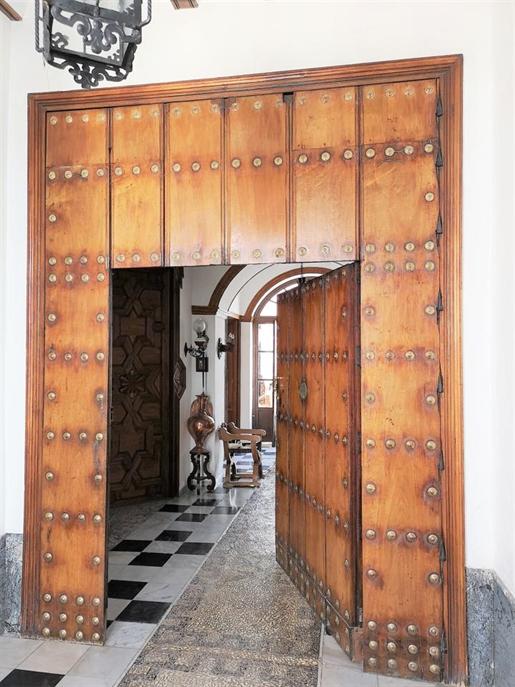Gran Casa Señorial Andaluza. Construcción típica popular girando en torno a su patio centr