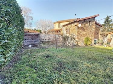 Maison en pierre, 4 pièces, sur une parcelle de 450m2 à Bourg