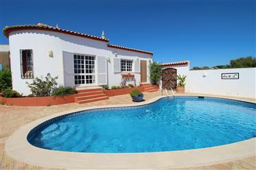 Acolhedora Moradia T3 com piscina e garagem nos Olhos D'Água...