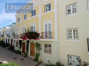 Moradia Triplex em The Old Village em Vilamoura, Algarve
