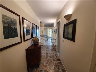 Appartamento con terrazzo vista mare in vendita a Ospedaletti.