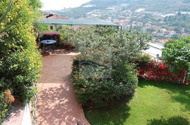 Appartamento con giardino e vista mare in vendita a Bordighe...
