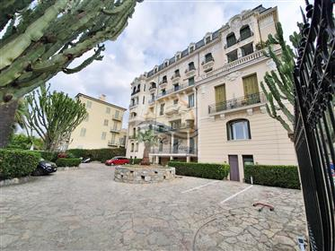 Appartamento con garage in vendita a Bordighera.