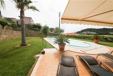 Villa con piscina  in vendita a Bordighera