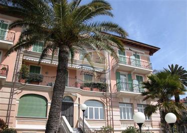 Appartamento con piscina e vista mare in vendita a Ospedaletti.