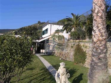 Villa avec vue mer à vendre à Ospedaletti.