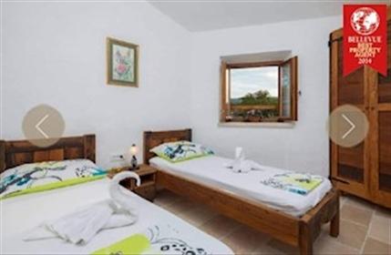 Imanje sa kućom i maslinikom Prekrasna kuća nalazi se u malom mjestu na otoku Braču. Kuća