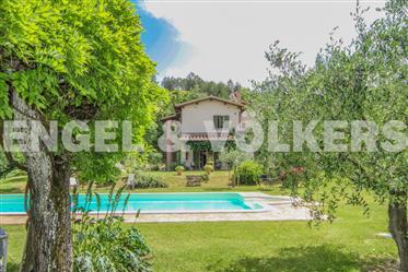 Villa in vendita con piscina e parco a Gubbio