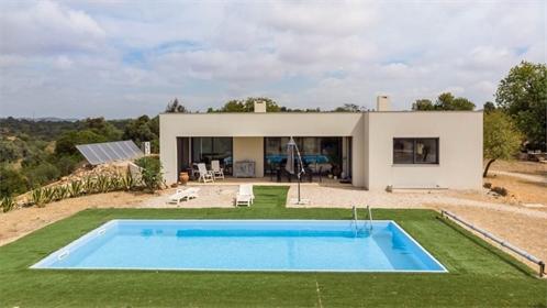 Moderna e charmosa moradia de um andar, localizada numa zona super tranquila, com excelent