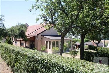 Dans un petit hameau, sur le versant sud-ouest, se trouve cette maison entièrement rénovée avec 4 ch