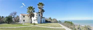 Prestigiosa villa a Cupra con vista mare