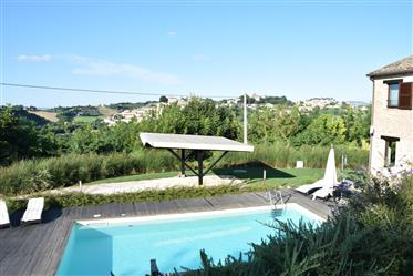 Esclusivo casale con piscina in vendita nelle Marche