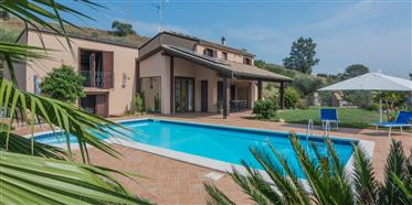 Villa con piscina in vendita a Carassai nelle Marche